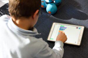 Cum pot părinții să stimuleze creativitatea copiilor